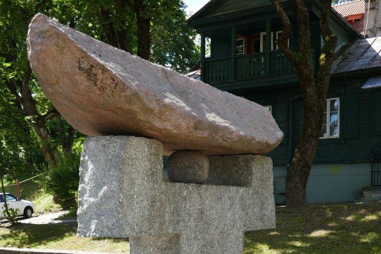Čijunės Sugiharos paminklas