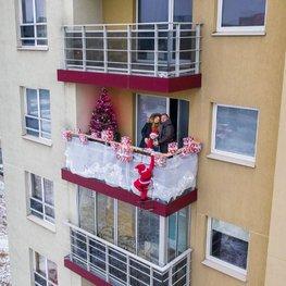 Vilniečiai įžiebia Kalėdas balkonuose: puošia varvekliais, saldainiais ir netgi Kalėdų seneliais